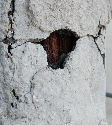 ポーチ柱に穴が開いていました。