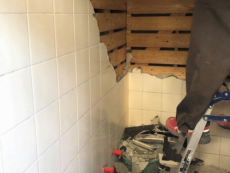 3.既存の浴室の壁を解体します