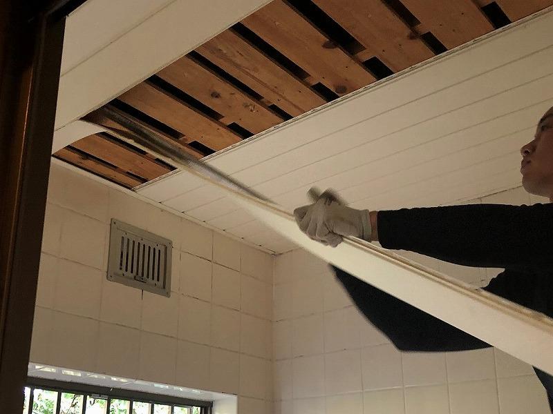 5.浴室の天井を解体します