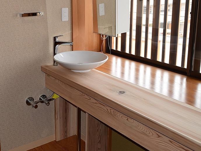 2階の洗面化粧台は天然木を使用しました