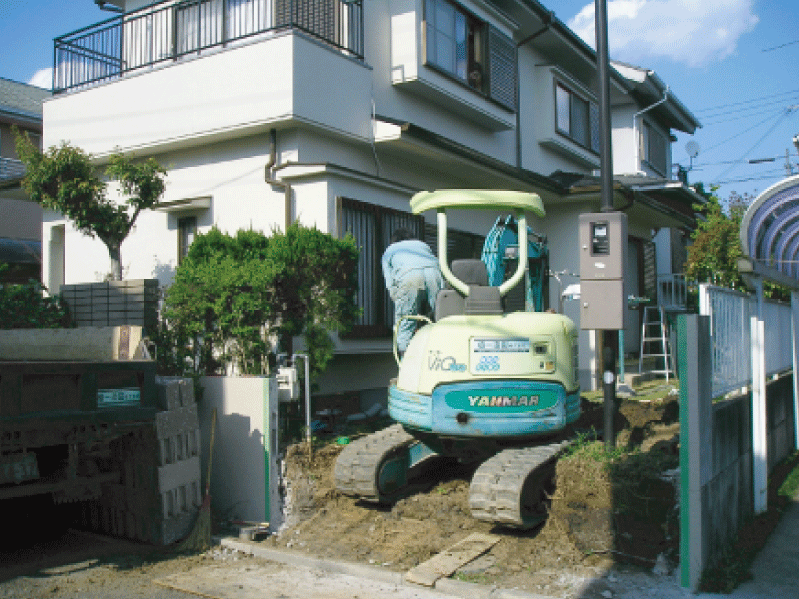 (工程写真1)   擁壁を撤去して土の搬出をしている様子