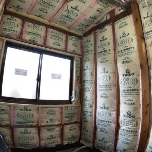 壁面に断熱材を入れ、お風呂の断熱性能を高める工事中