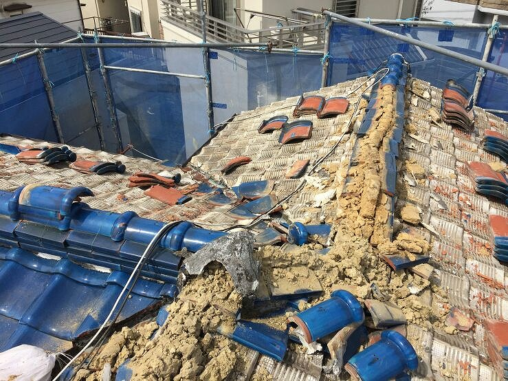 2.屋根材を撤去し、屋根の下にある土も全て撤去します