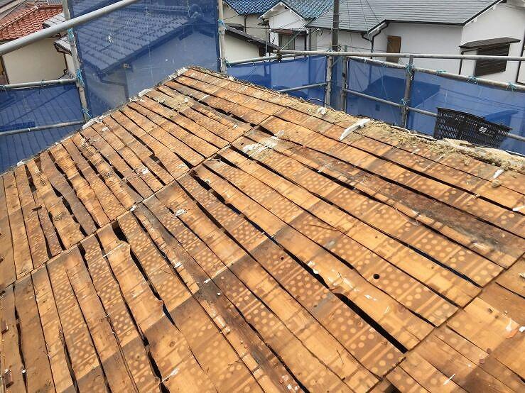3.既存の瓦と土を撤去した状態です。在来工法の垂木の上に小幅板を張り付け、その上に土を置き、瓦を取り付ける工法でした。
