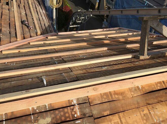 4.小幅板の状態を確認し、腐食しているところは修繕し、胴縁用の木材を施工します。 構造用合板のレベルをきちんと設定し、また空気層を作って断熱性能を高めます。